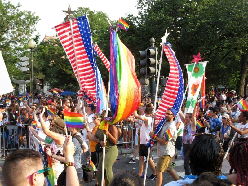 Amerikanische Flaggen bei Haupt-Pride Parade im Washington DC stockfotos
