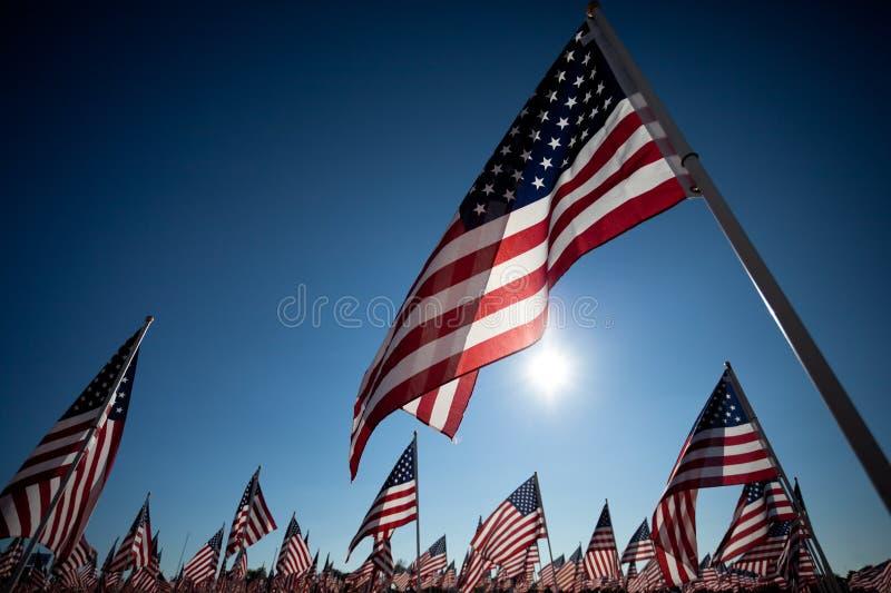Amerikanische Flaggen, die Nationalfeiertag gedenken stockbilder