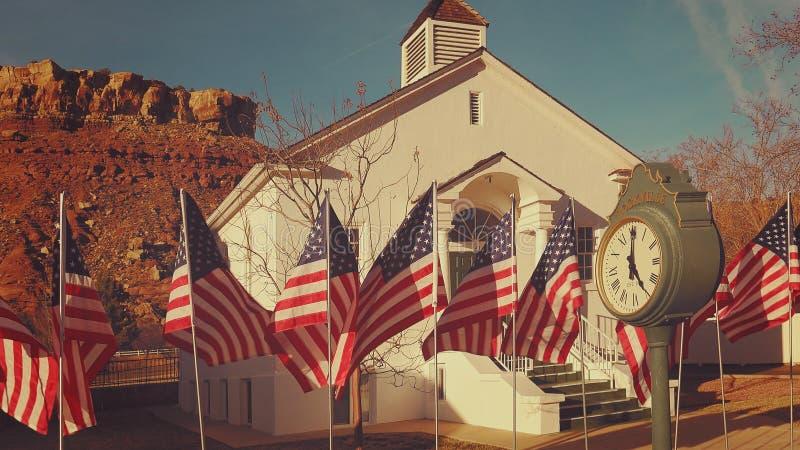 Amerikanische Flaggen, die in Rockville, Utah fliegen stockbilder
