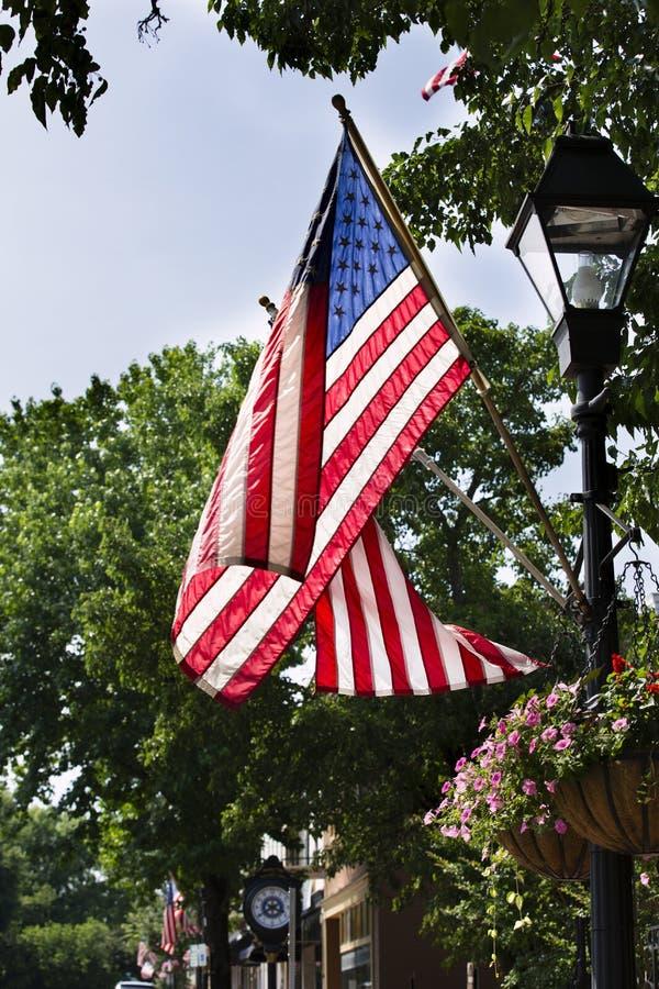 Amerikanische Flaggen, die in Warrenton Virginia in Fauquier County fliegen lizenzfreie stockfotos