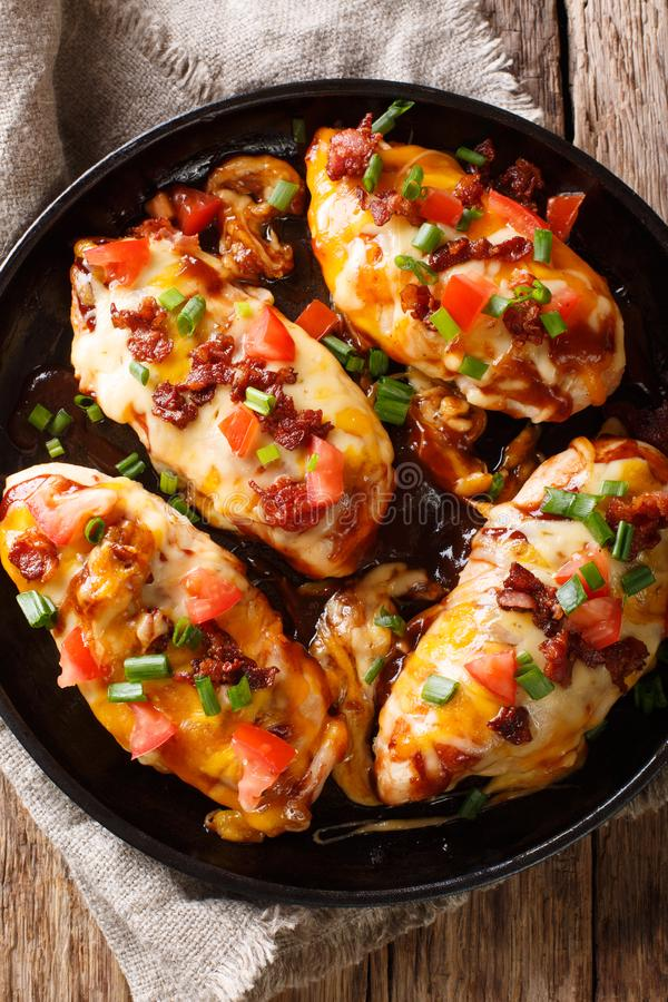Amerikanische Küche Monterey-Hühnerbrust backte mit Käse, baco stockfotografie
