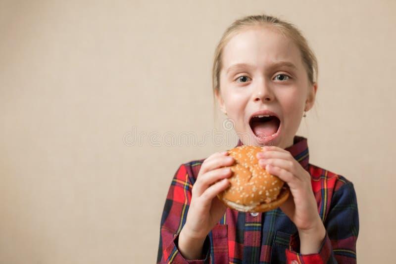 Amerikanische Kalorien Fett Junk Food, Little Girl essen gerne Hamburger Fast Food Burger ungesund stockbild