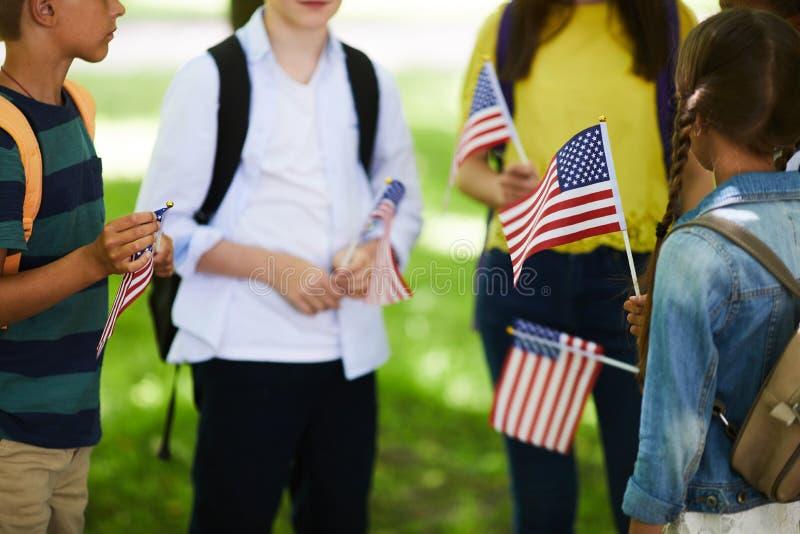 Amerikanische Kinder mit Stockflaggen stockbild