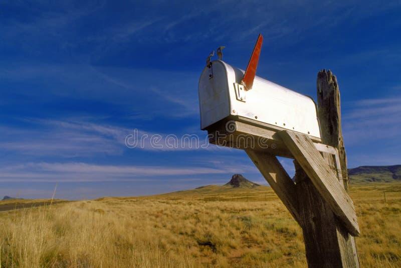 Amerikanische Mailbox mit roter Fahne lizenzfreies stockfoto