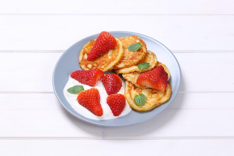 Amerikanische Pfannkuchen mit Jogurt und Erdbeeren stockfotografie