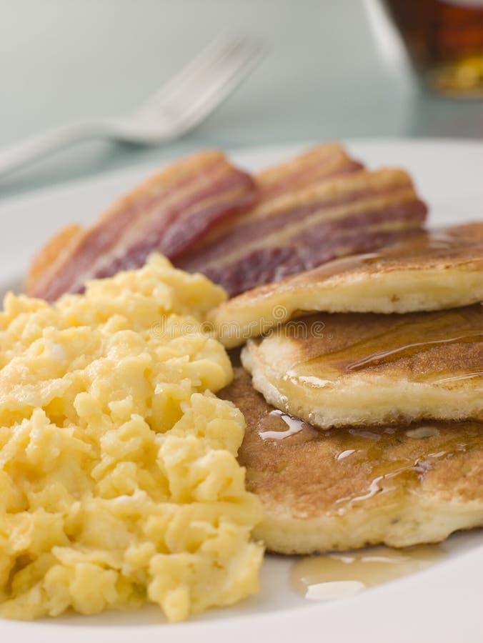 Amerikanische Pfannkuchen mit knusperigem Speck und gekrochen stockfoto