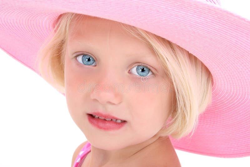 Amerikanische Schönheit in einem großen rosafarbenen Hut stockfotografie