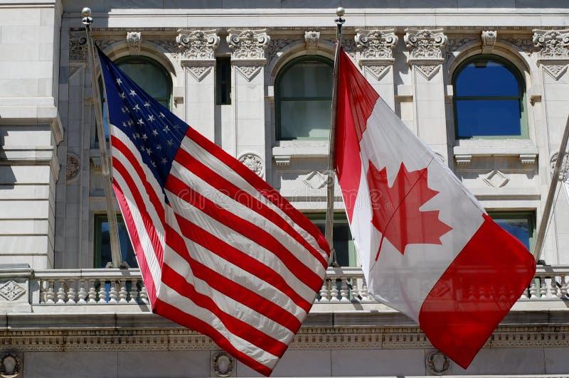 Amerikanische und kanadische Markierungsfahnen stockfoto