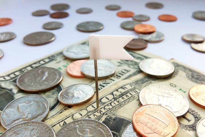 Amerikanische Viertel-, Groschen- und Pennymünzen auf Dollar USA mit weißem Stiftflaggenhintergrund stockfotos