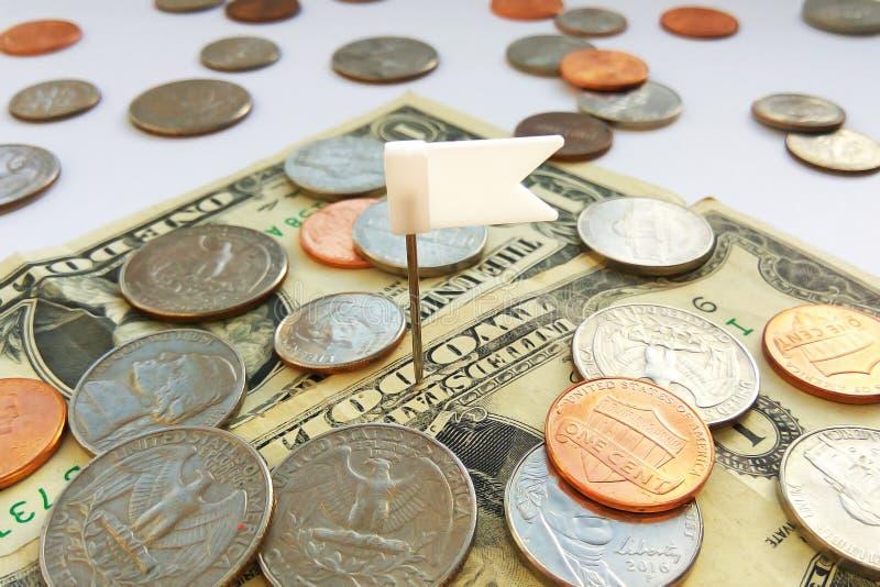 Amerikanische Viertel-, Groschen- und Pennymünzen auf Dollar USA mit weißem Stiftflaggenhintergrund stockfoto