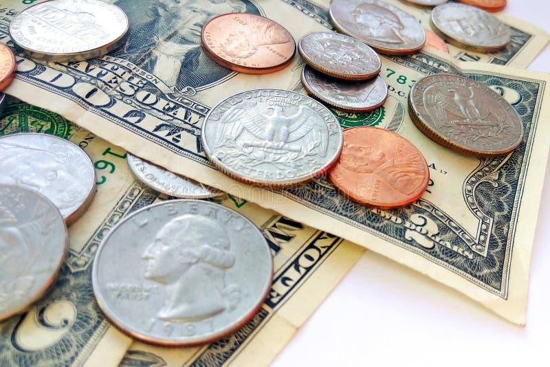 Amerikanische Viertel-, Groschen- und Pennymünzen auf Dollar-USA-Hintergrund lizenzfreie stockfotos