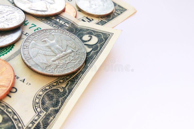 Amerikanische Viertel-, Groschen- und Pennymünzen auf Dollar-USA-Hintergrund stockfotografie