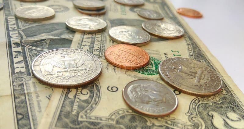 Amerikanische Viertel-, Groschen- und Pennymünzen auf Dollar-USA-Hintergrund lizenzfreies stockfoto