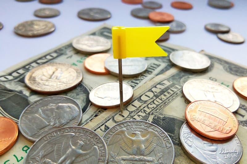 Amerikanische Viertel-, Groschen- und Pennymünzen auf Dollar USA mit gelbem Stiftflaggenhintergrund stockfoto