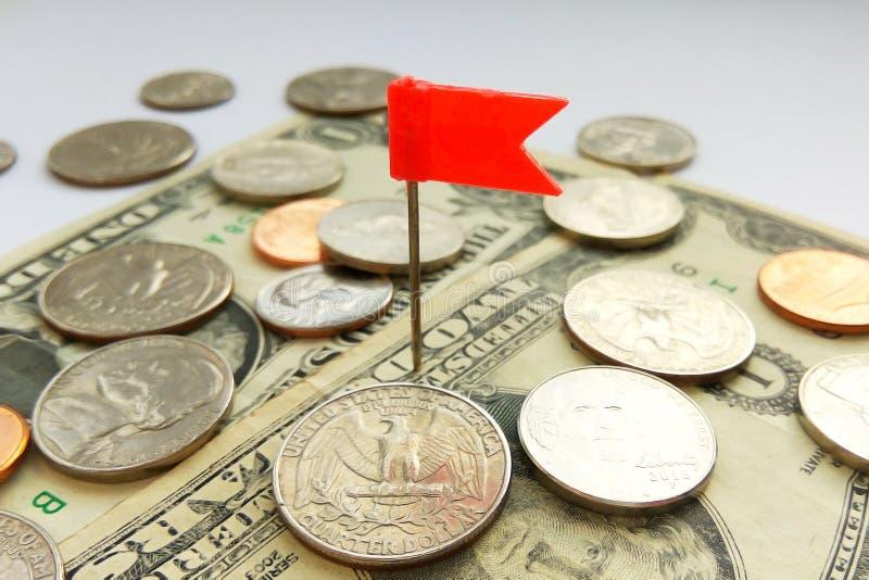 Amerikanische Viertel-, Groschen- und Pennymünzen auf Dollar USA mit rotem Stiftflaggenhintergrund lizenzfreies stockfoto