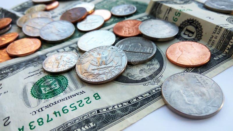 Amerikanische Viertel-, Groschen- und Pennymünzen auf zwei Dollar USA-Hintergrund stockbild