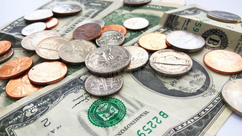 Amerikanische Viertel-, Groschen- und Pennymünzen auf zwei Dollar USA-Hintergrund stockbilder