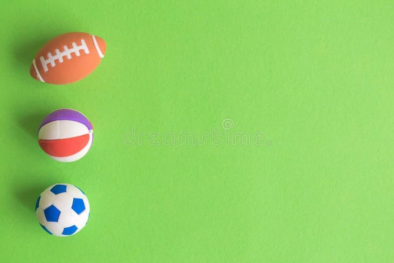 Amerikanischer Fußball, Basketball und Fußballzusammenfassung lokalisiert auf Grün lizenzfreie stockfotografie