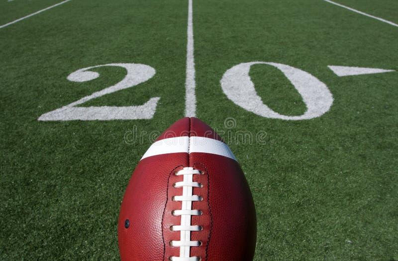 Amerikanischer Fußball mit der Yard-Line Zwanzig jenseits stockbild
