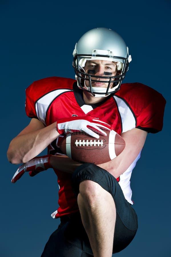 Amerikanischer Fußballspieler Portrait untersucht direkt Kamera stockfoto
