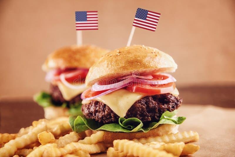 Amerikanischer Käse-Burger mit Pommes-Frites und Kolabaum stockfotos