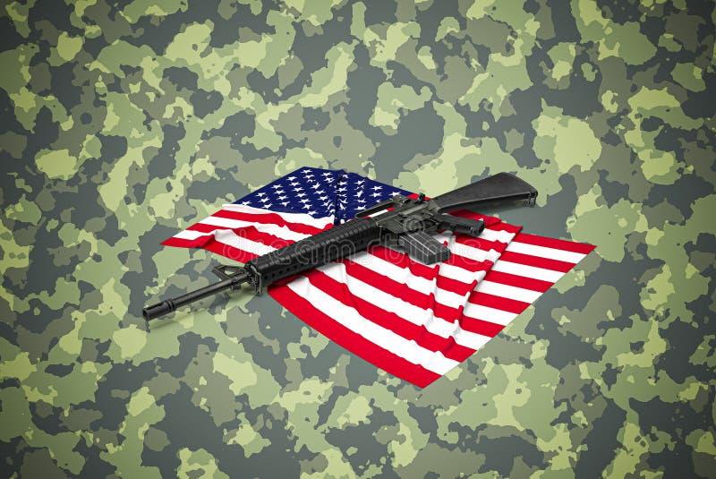 Amerikanischer Kaliber 5 56 mm Gewehr auf Tarnuntergrund stockbilder