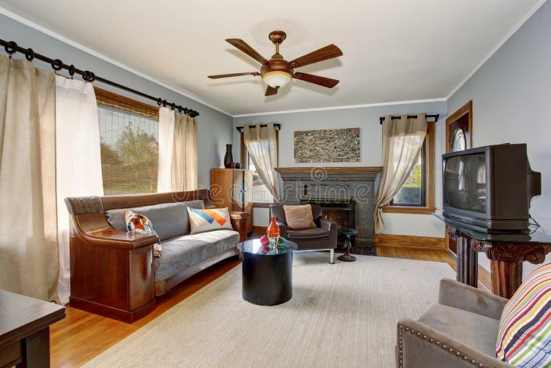 Amerikanischer klassischer Wohnzimmerinnenraum mit moderner Art und grauen Tönen lizenzfreie stockbilder