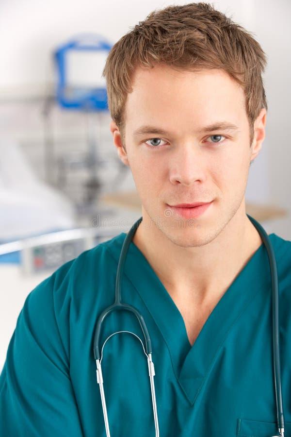 Amerikanischer Kursteilnehmerdoktor des Portraits auf Krankenhausbezirk stockfoto