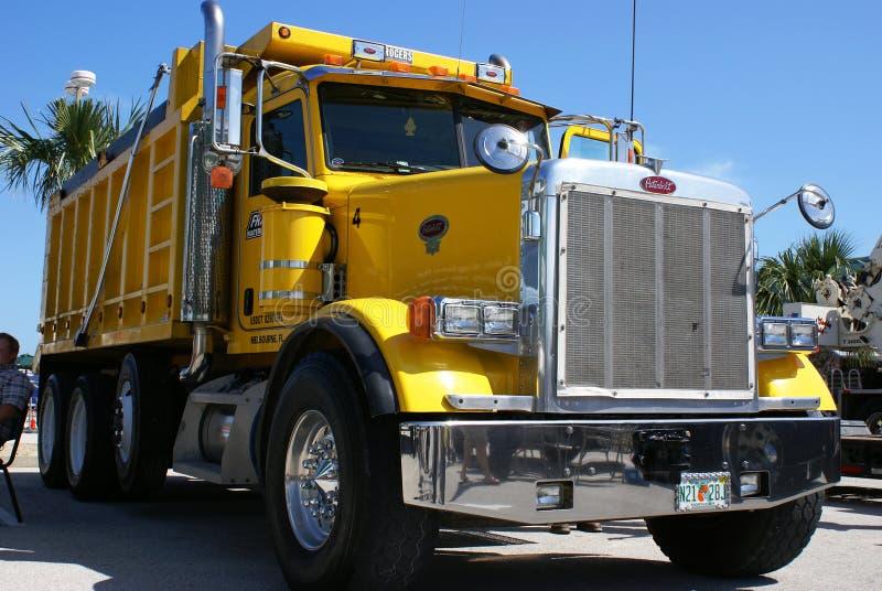 Amerikanischer Lastkraftwagen mit Kippvorrichtung lizenzfreie stockbilder