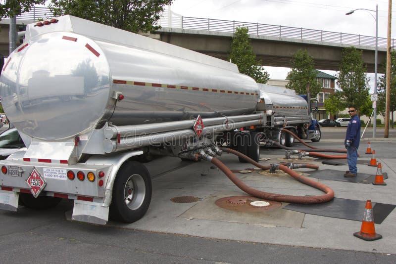 Amerikanischer LKWtanker verschmilzt Benzin an einer Tankstelle lizenzfreies stockbild