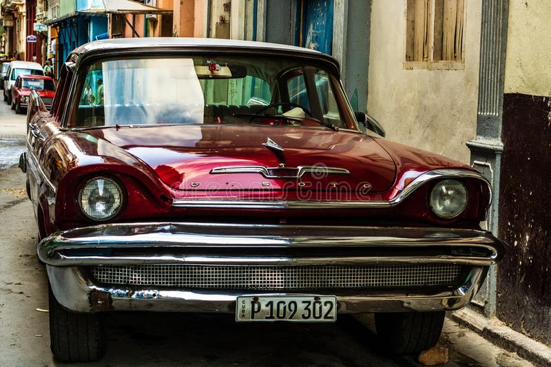 Amerikanischer Oldtimer auf den Stra?en von altem Havana, Kuba stockfoto