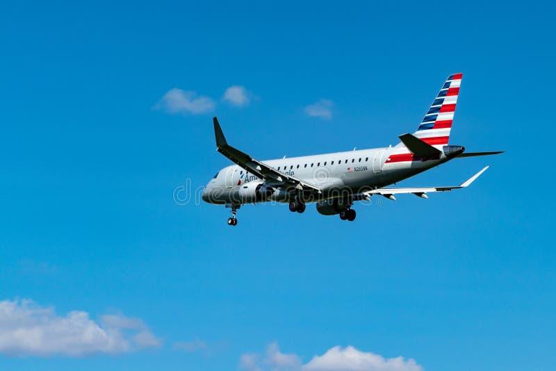 Amerikanischer regionaler Jet in den Wolken nahe Pearson International Airport, Toronto stockbilder