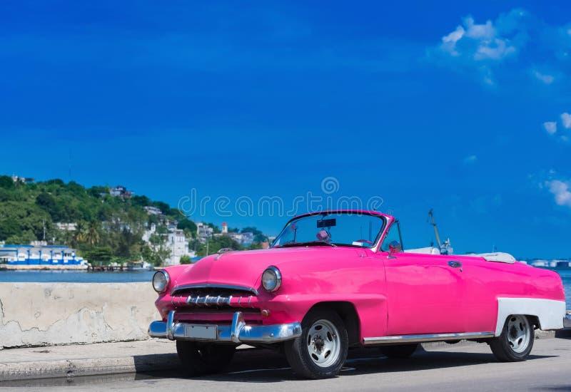 Amerikanischer rosa Cabriolet Oldtimer parkte auf dem Malecon in Havana Cuba - Reportage 2016 Serie Kuba stockbild