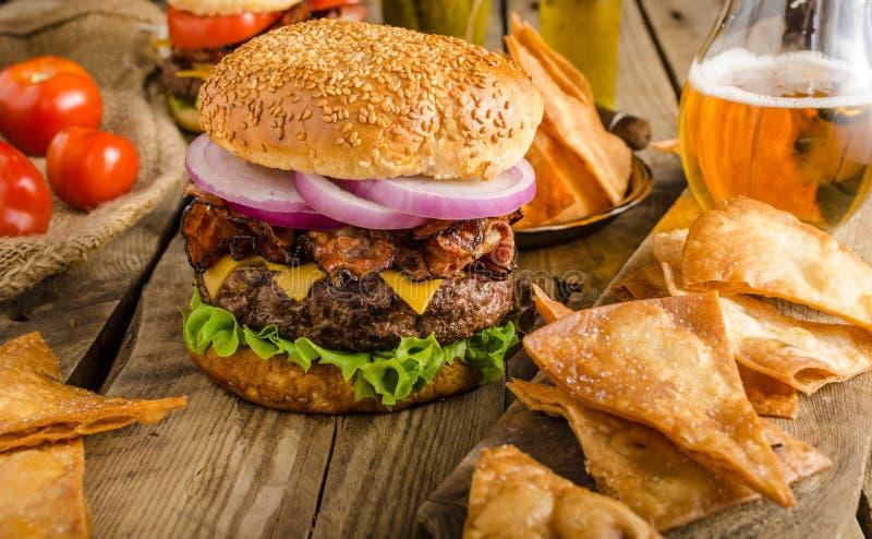 Amerikanischer rustikaler Burger lizenzfreies stockfoto