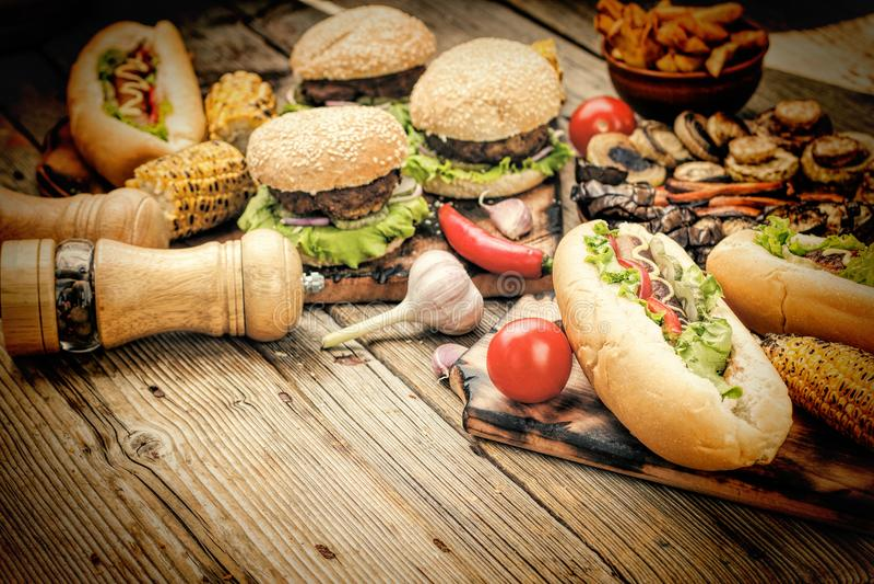 Amerikanischer Schnellimbiß, Lebensmittel-Festival, Hamburger, Pommes-Frites, heiß lizenzfreie stockbilder