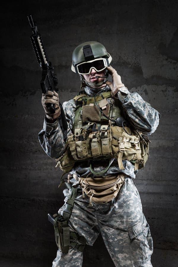 Amerikanischer Soldat, der über Radio spricht lizenzfreie stockfotos