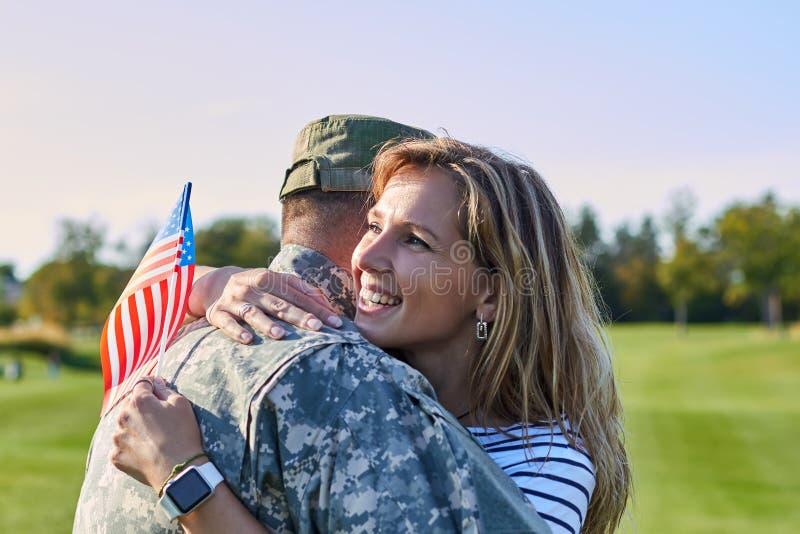 Amerikanischer Soldat umarmt mit Frau lizenzfreie stockfotografie