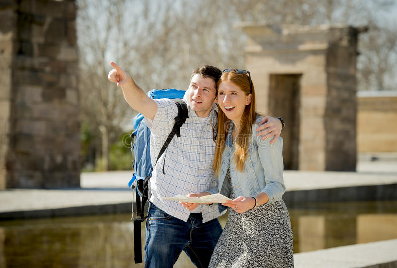 Amerikanischer Student und Tourist verbinden Lesestadtplan im Tourismuskonzept lizenzfreie stockbilder