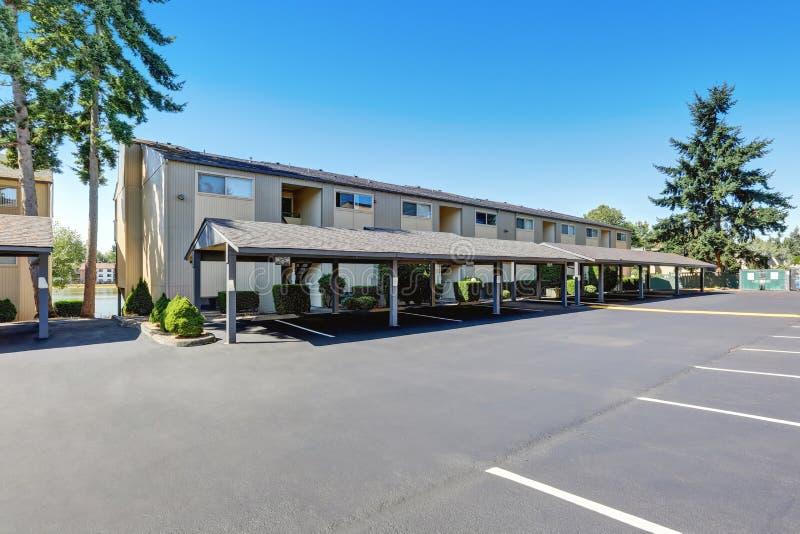 Amerikanischer Wohnkondominiumkomplex mit Parkplatz lizenzfreie stockbilder