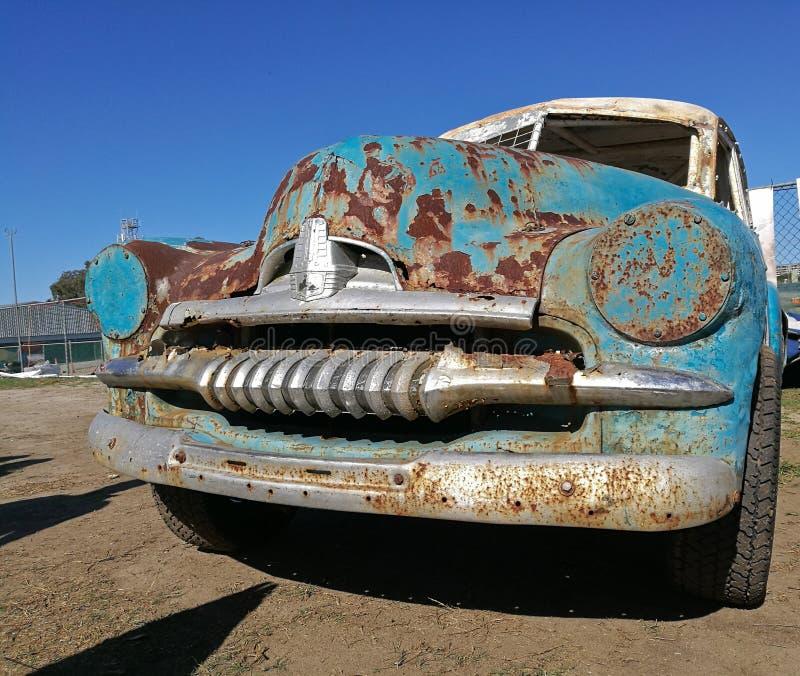 Amerikanisches Auto der alten rostigen klassischen Weinlese verließ im Nachtisch stockbilder