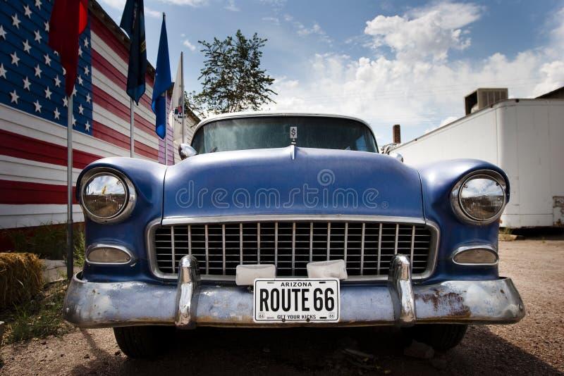 Amerikanisches Auto und Markierungsfahne USA auf Weg 66 lizenzfreie stockfotos