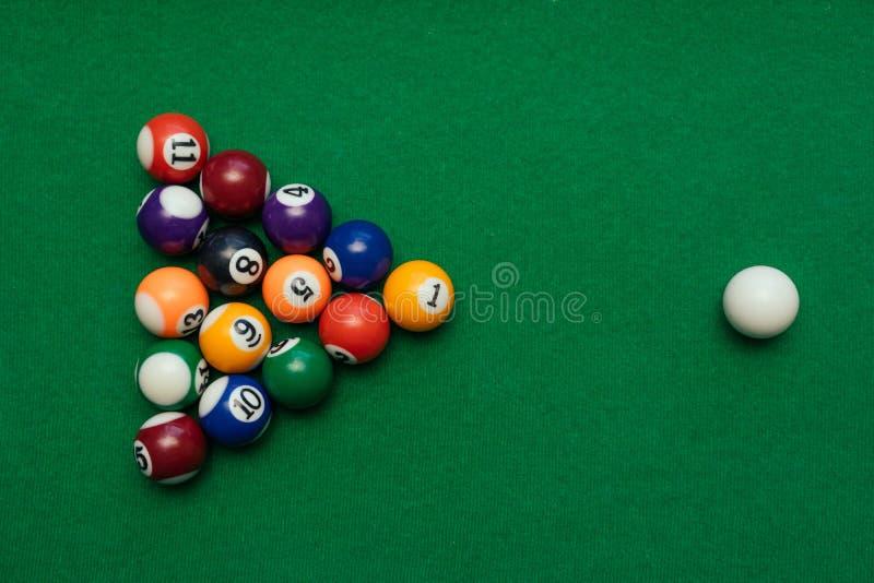 Amerikanisches Billardpool auf einer grünen Tabelle lizenzfreie stockfotos