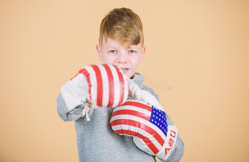 Amerikanisches Boxerkonzept Kindersportlicher Athlet, der F?higkeiten einpackend ?bt Verpackensport Bereiten Sie f?r die Auseinan lizenzfreie stockfotos