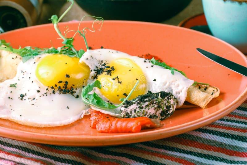 Amerikanisches Frühstück mit Sonnenseite herauf Eier, Speck, Toast, Pfannkuchen, Kaffee und Saft, hölzerner Hintergrund stockfoto