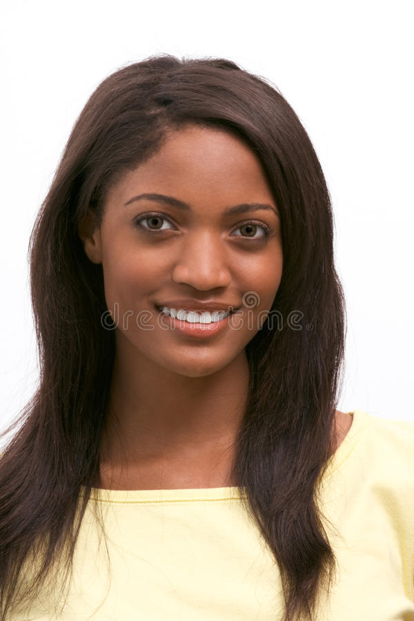 Amerikanisches Frauenlächeln des jungen ethnischen Schwarzafrikaners lizenzfreies stockbild