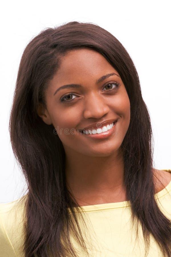 Amerikanisches Frauenlächeln des jungen ethnischen Schwarzafrikaners stockfoto
