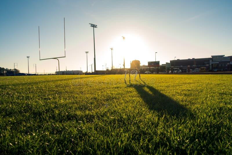 Amerikanisches Fußballplatz-draußen Ziel gibt grünes Gras Beautifu bekannt stockfoto