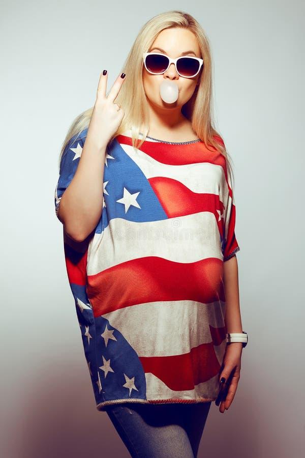 Amerikanisches Mutter-Konzept: schwangere Frau in der amerikanischen Flagge stockfotos