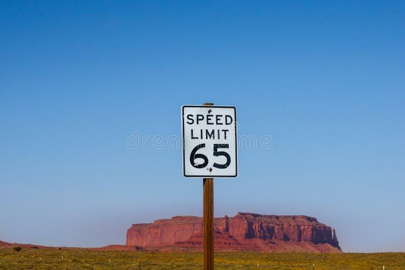 Amerikanisches Verkehrsschild US - Höchstgeschwindigkeit 65 MPH lizenzfreie stockfotos