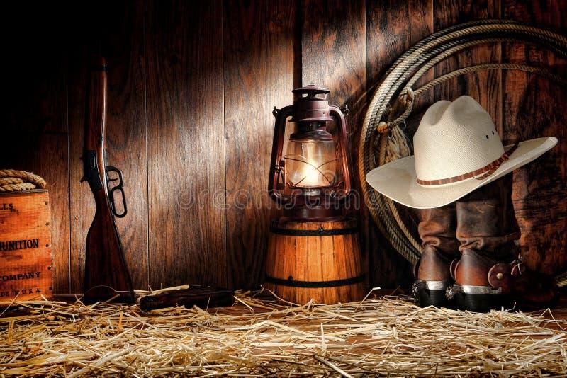 Amerikanisches Westrodeoalte Ranching-Hilfsmittel in einem Stall stockbild